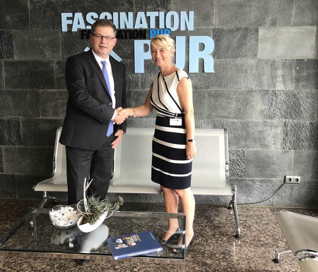 Ruth Wootton, Managing Director, CTM with Rolf Trippler, Managing Director Sales, Hennecke GmbH, at the contract signing in Sankt Augustin