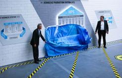 Unveiling the HPS depiction at the inauguration of the new production system by Rolf Friedli, Chairman of the Advisory Board Hennecke GROUP and Thomas Wildt, CEO Hennecke GROUP (from L to R)